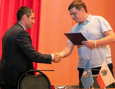 A cooperation agreement was signed between the Saratov State Medical University and the Tatishchevskaya district hospital , aimed at improving the quality and increasing the availability of medical care to residents of the district.